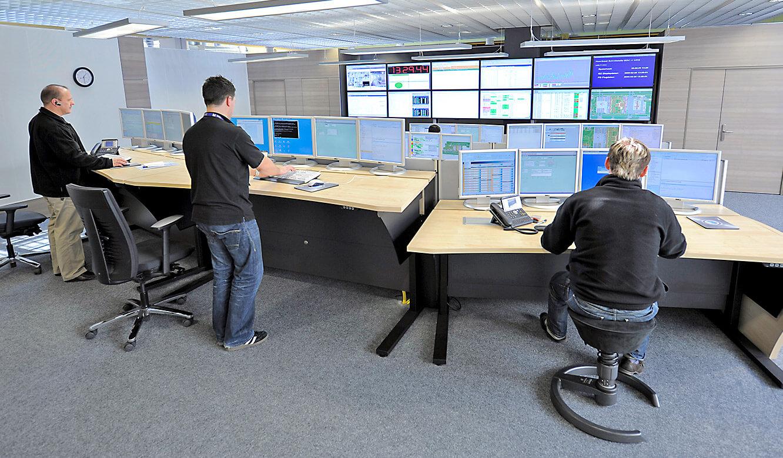 JST - Flughafen München IT-Leitstand: Höhenverstellbare Operator-Tische
