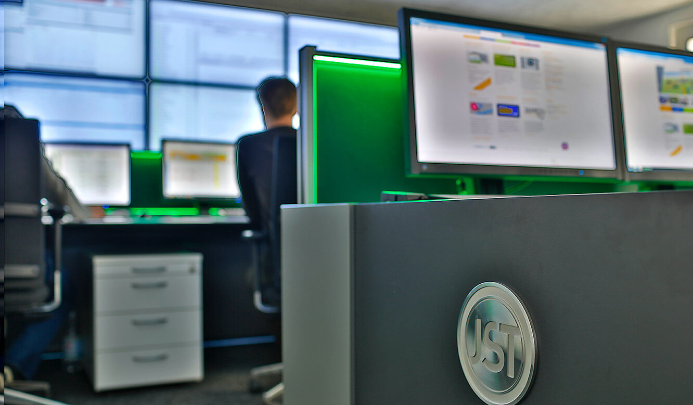 JST-GP-Joule: Leitwarte. Operatortisch. AmbientLight grün
