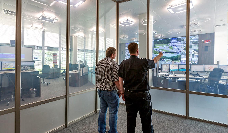 JST - Polizei Hamburg: Verkehrsleitzentrale. Shutterwand. Klarglas
