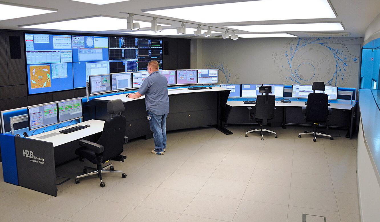 JST-Helmholtz-Zentrum-Berlin: Leitwarte. Hoehenverstellbare ergonomische Operator-Tische