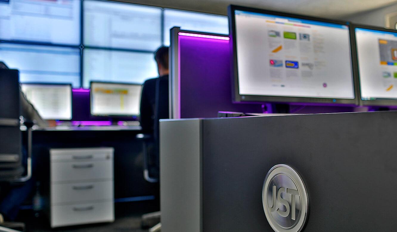 JST-GP-Joule: Leitwarte. Operatortisch. AmbientLight lila