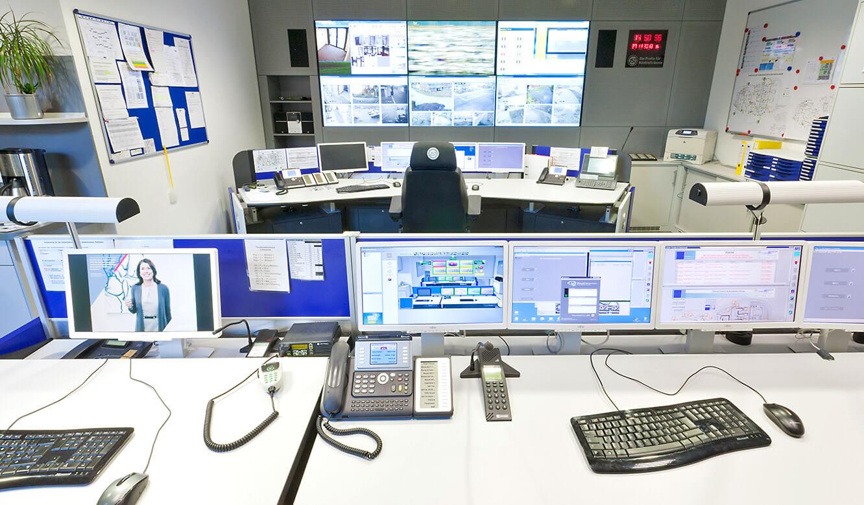 JST - Versicherungsunternehmen Köln: Kontrollraum. Operatortische und Großbildwand