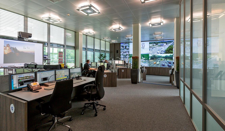 JST - Polizei Hamburg: Verkehrsleitzentrale. Spezielle Kühldecke und moderne Beleuchtung
