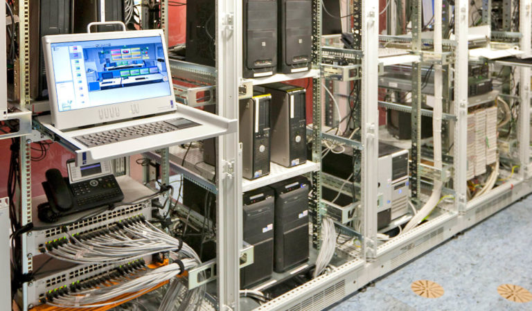 JST - Versicherungsunternehmen Köln: Kontrollraum. Technik im Technikraum