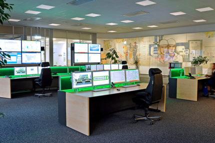 JST-DREWAG: Leitstand mit Arbeitsplätzen vor den Großbildwänden