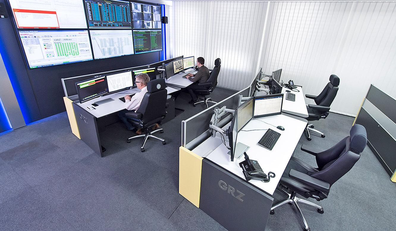 JST GRZ Linz Arbeitsplätze im Kontrollraum mit Großbildwand