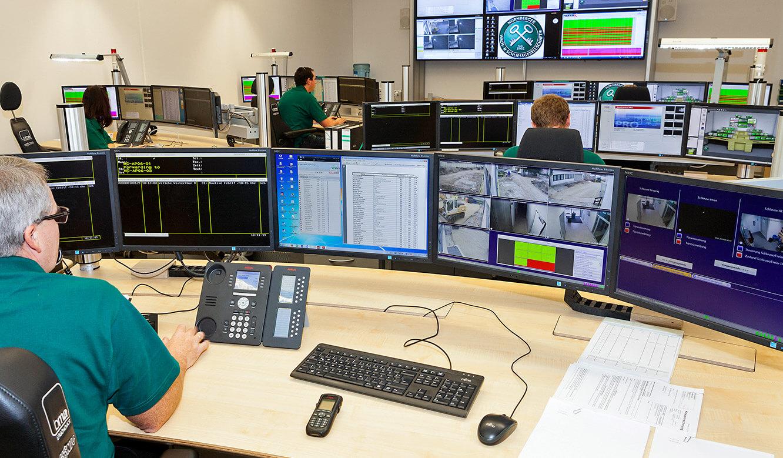 JST Referenzen - Nürnberger Wach- und Schließgesellschaft: Kontrollraum mit Großbildwand