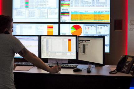 JST-Netcologne - optimale Sicht auf Arbeitsplatz Monitore und Großbildwand