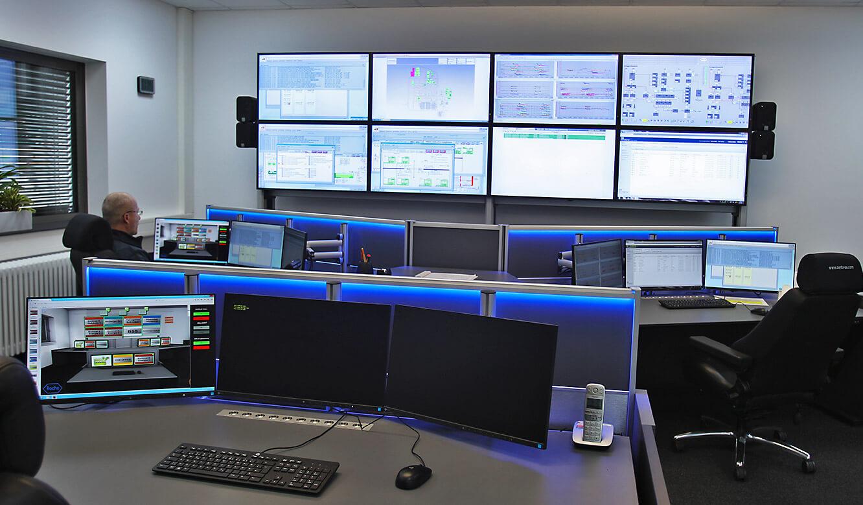 JST-Roche: Arbeitsplätze und Großbildwand in der neuen Leitwarte