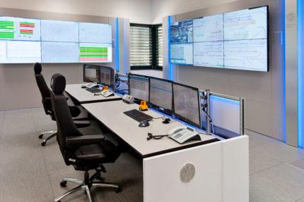 JST-Siemens Wegberg: Leitwarte mit Großbildwand und Operator-Tisch