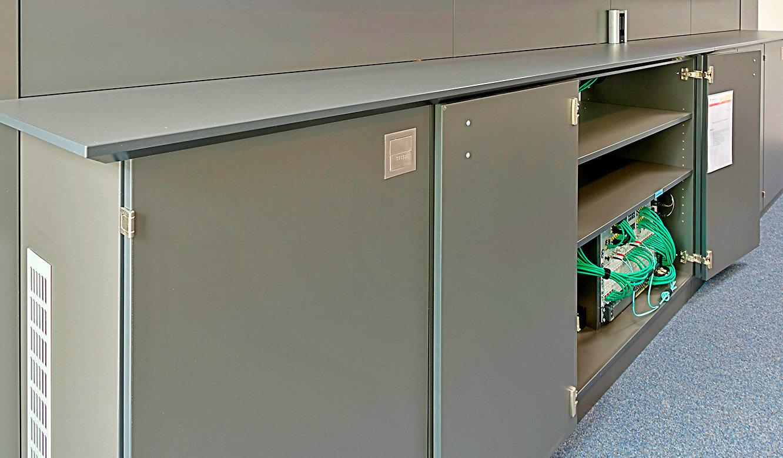 JST-Deutsche Windtechnik: MultiCenter für MultiConsoling-Technik im Medienboard integriert