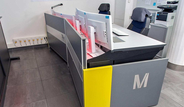 JST-Flughafen München: Leitwarte mit höhenverstellbarem Leitwartentisch