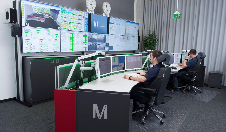 JST-Flughafen-Muenchen: Stratos Operator-Pulte vor der Großbildwand