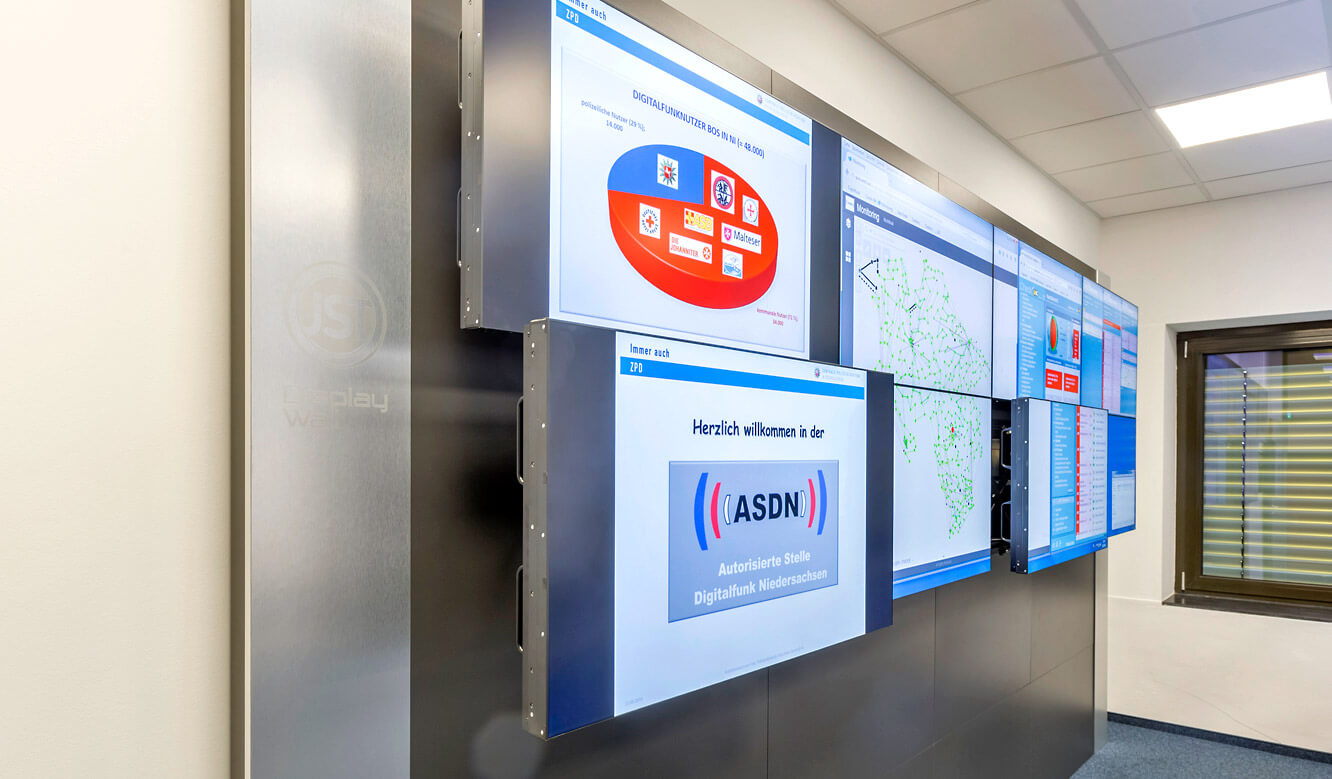 JST - Autorisierte Stelle Digitalfunk Niedersachsen: Large screen wall with QuickOut mounting system