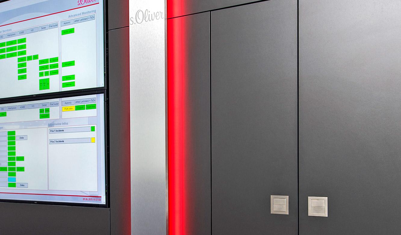 JST - s.Oliver: in die Display-Wall integrierter Schrank
