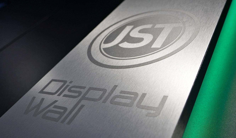 JST-Audi: Gütesiegel der DisplayWall in-gebürsteter Edelstahl-Optik