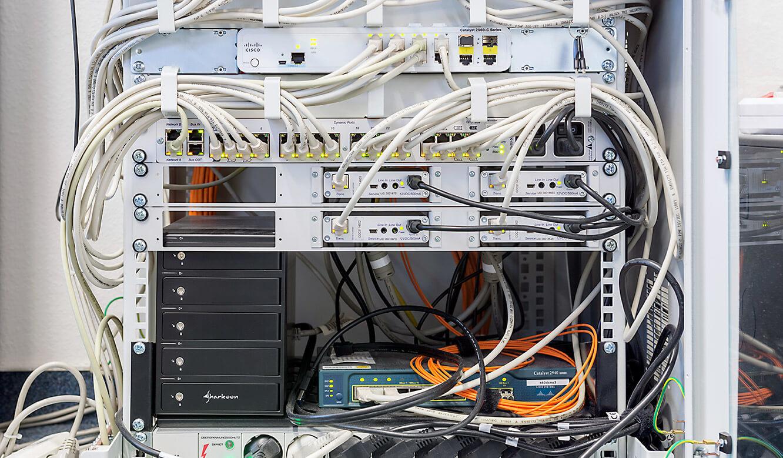 JST Dataport Herzstück des MultiConsoling das MUltiCenterX32 in der Mitte darunter die Grabber
