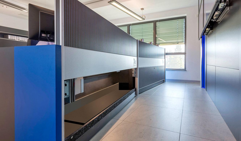 JST-Niedersächsische Wach- und Schließgesellschaft: viel Stauraum zeigt geöffnete Revisionsklapppe am Operator-Tisch