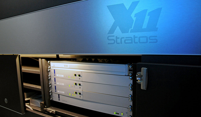 JST - PCK Schwedt: Stratos Leitwartentisch mit viel Platz für Hardware im beleuchteten Versorgungsraum