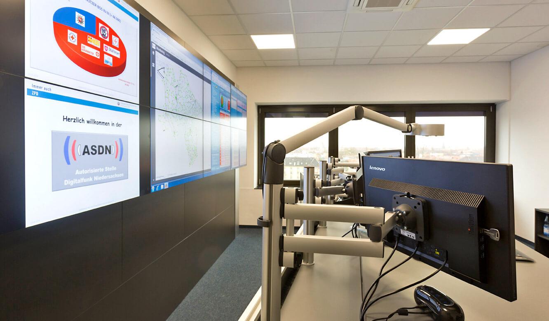 JST - Autorisierte Stelle Digitalfunk Niedersachsen: 3D-Monitorgelenkarme für optimalen Blickwinkel
