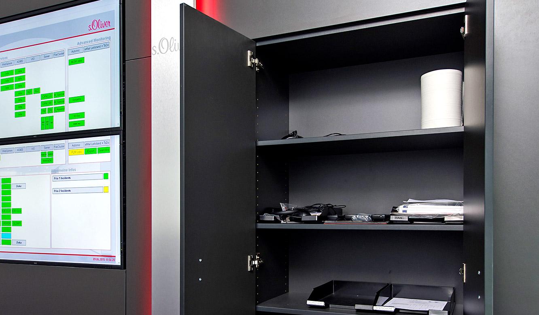 JST - s.Oliver: integrierter Schrank in der Großbildwand bietet Stauraum