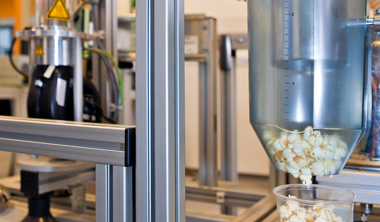 JST - OWL Hochschule: Popcorn wird abgefüllt