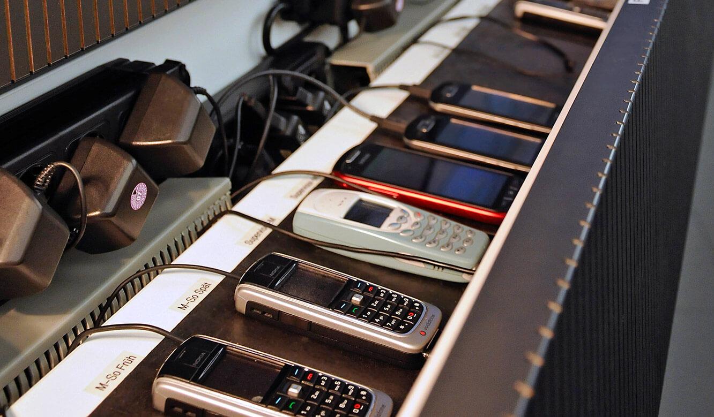 JST-Helmholtz-Zentrum-Berlin: Leitwarte. Schubfaecher für Aufbewahrung von Mobiltelefonen