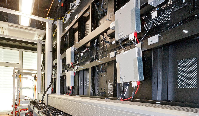 JST - R+V Versicherung - Leitstand - Technikraum hinter der Großbildwand