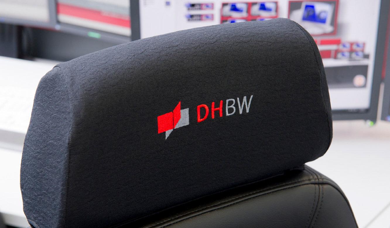 JST - DHBW Mannheim: Leitwarte. Recaro Operatorstuhl mit aufgesticktem DHBW-Logo