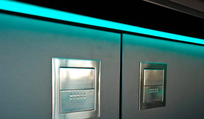 JST Referenzen - Siemens: Medienboard. Edelstahl-Muschelgriffe