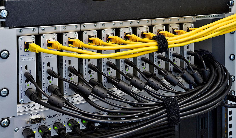 JST-Adwen: PowerUnit mit Grabbern undCase12 RackMountKit. Ganz oben MultiCenter.