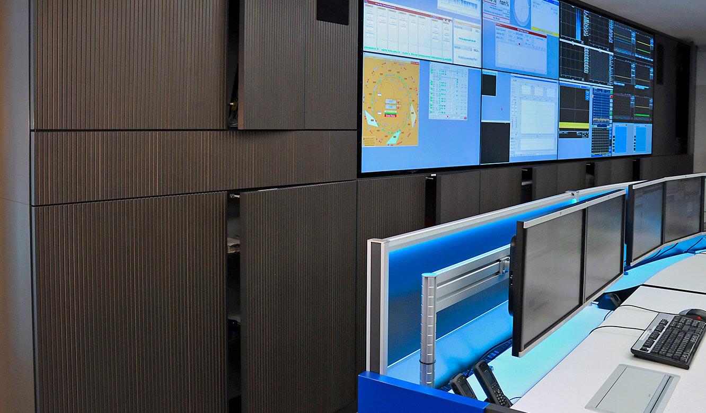 JST-Helmholtz-Zentrum-Berlin: Leitwarte. Multifunktionale Ausstattung mit Flügeltüren und Schubfächern