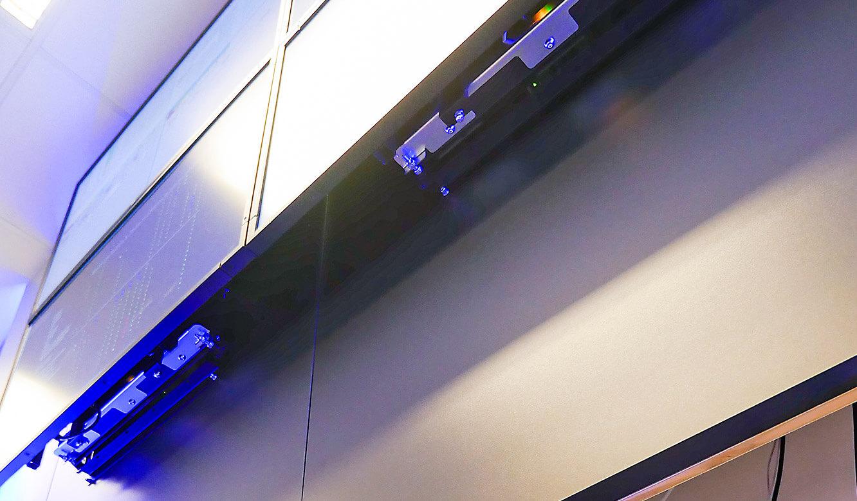 JST-Netcologne: Kabel, Daten- und Stromdosen hinter den Paneelen der Großbildwand versteckt