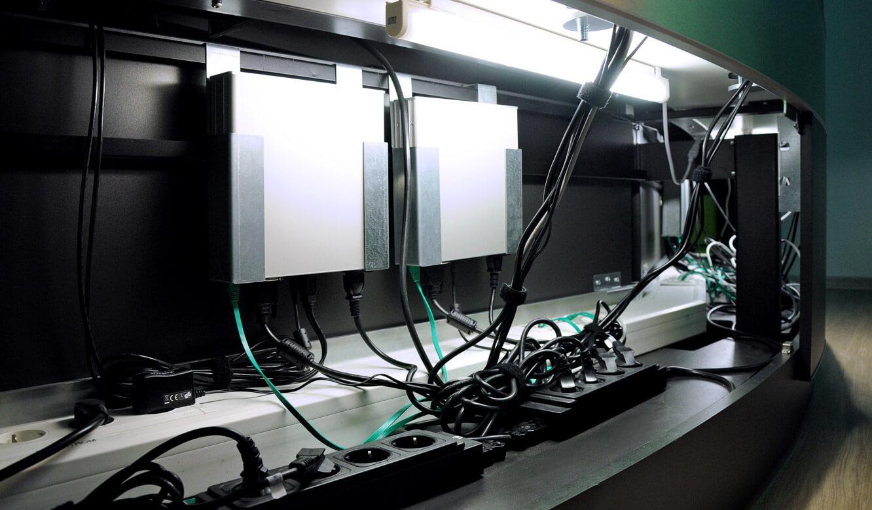 JST-Notus: viel Stauraum im Stratos Tisch. Versrgungsraum mit Stromanschlüssen und Kabelkanal
