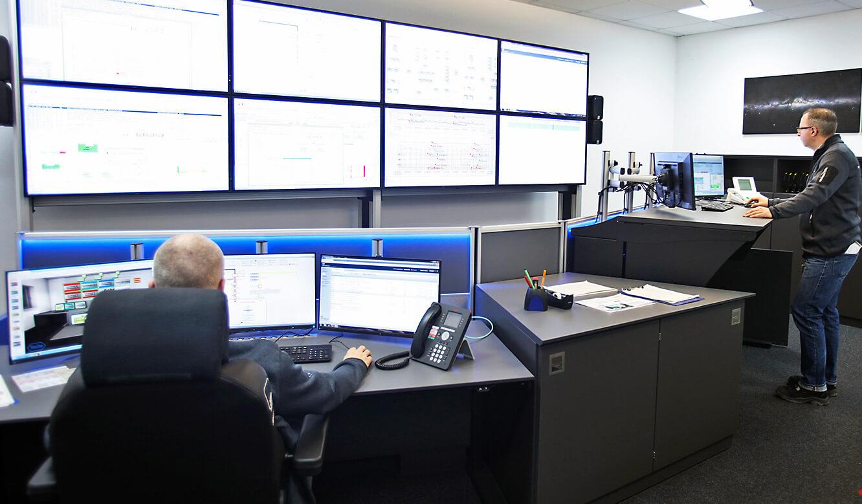 JST-Roche: elektromotorisch höhenverstellbare Operator-Arbeitstische
