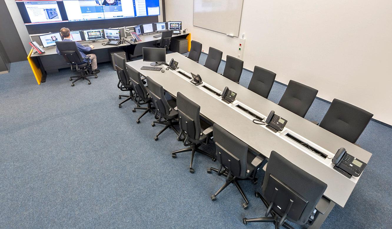 JST - Autorisierte Stelle Digitalfunk Niedersachsen: Lageraum mit Konferenztisch und Operator Arbeitsplätzen