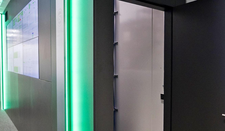 JST-Audi: Tür zum Revisionsraum hinter der DisplayWall