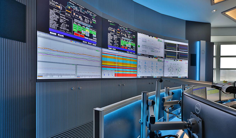 JST-InfraLeuna: Großbildwand und 3D-Monitorgelenkarme für die Displays am Arbeitsplatz