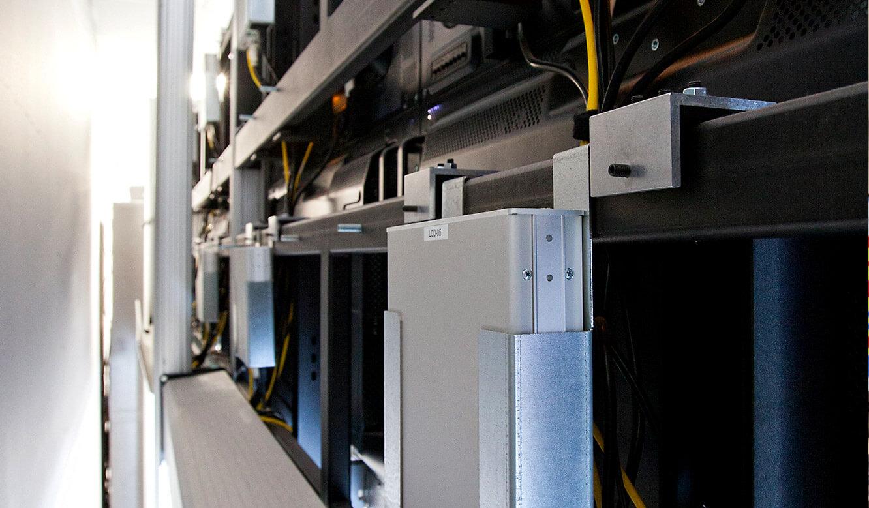 JST-MVA-Bonn: MultiKonsolen-Receiver auf der Rückseite des DisplayRacks