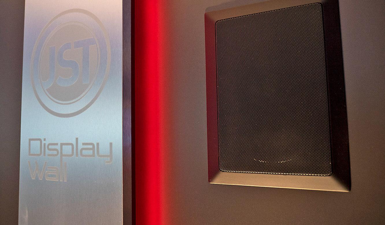 JST-Netcologne: auch die Lautsprecher werden in die Display-Wand eingelassen