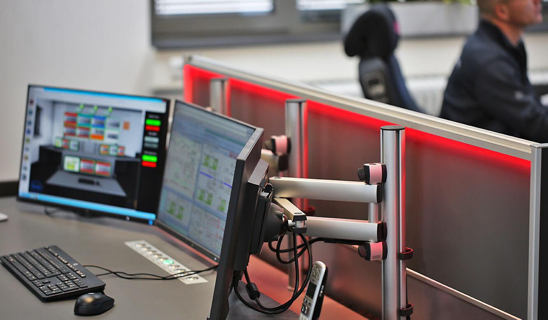 JST-Roche: höhenverstellbare 3D-Gelenkarme ermöglichen optimalen Blickwinkel auf Arbeitsplatz-Displays