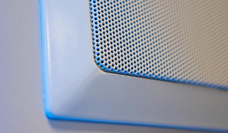 JST-Siemens Wegberg: Lautsprecher perfekt in die Großbildwand integriert