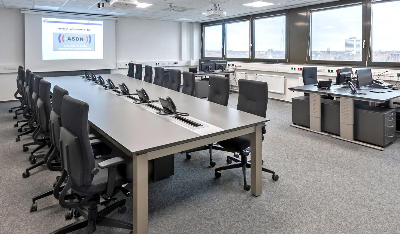 JST - Autorisierte Stelle Digitalfunk Niedersachsen: Lageraum mit AllMedia-Konferenztisch