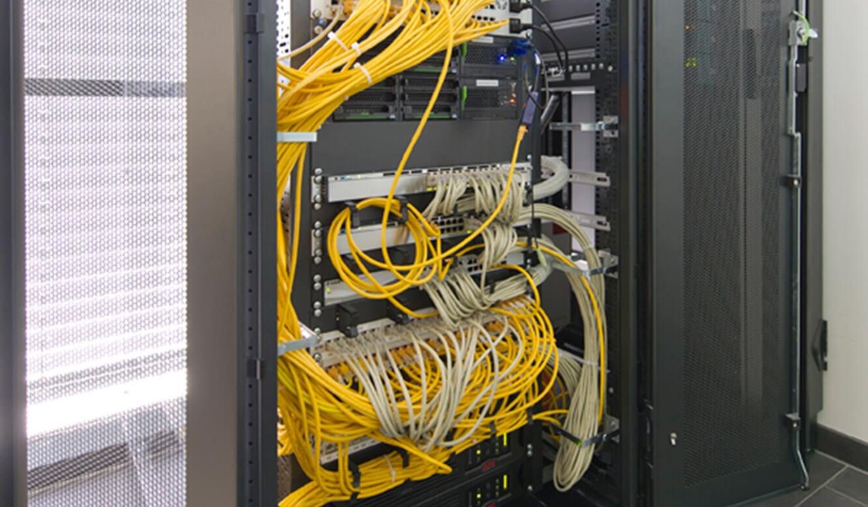 JST - DHBW Mannheim: Leitwarte. Rechnertechnik in einen Technikraum ausgelagert.