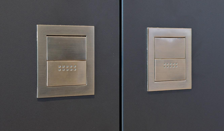 JST-Niedersächsische Wach- und Schließgesellschaft: moderne Optik im Kontrollraum durch Details wie Edelstahl-Griffe für Flügeltüren