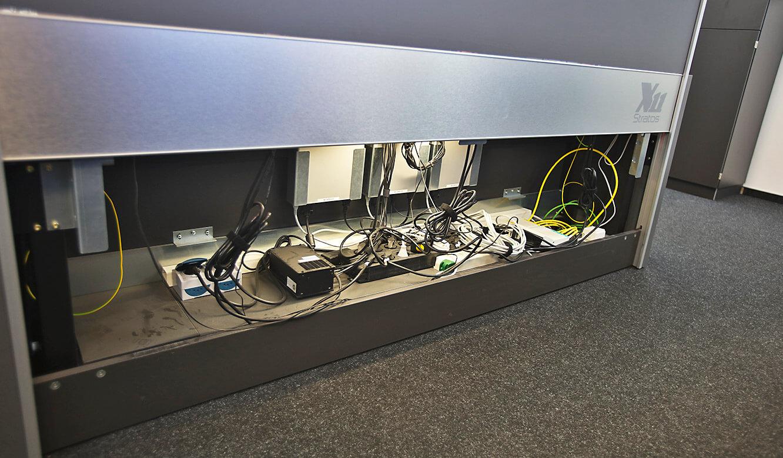 JST-Roche: beleuchteter Versorgungsraum im Operator-Pult