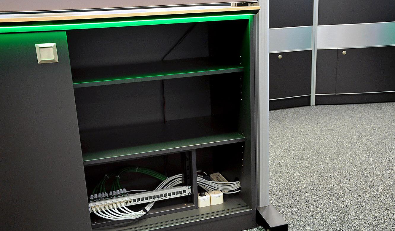 JST-DREWAG: 19-Zoll-Rahmen im Medienboard zur sauberen Installation-technischer Komponenten
