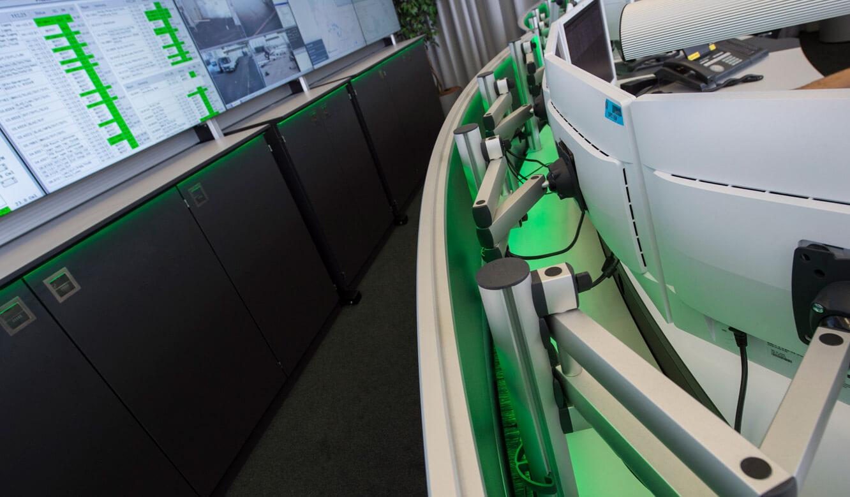 JST-Flughafen-Muenchen: Arbeitsplatz-Monitore mit 3D-Gelenkarmen