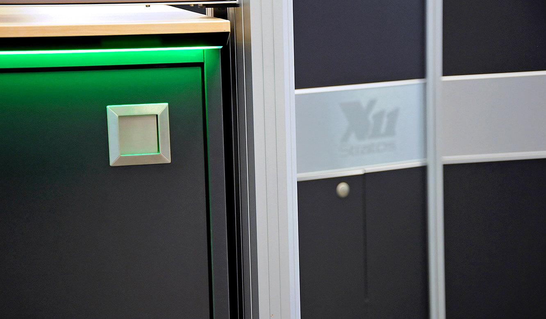 JST-DREWAG: Design-Edelstahlgriffe am Medienboard unter der Großbildwand