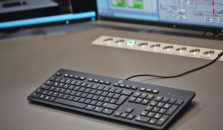 JST-Roche: CommandPad in die Arbeitstisch-Oberfläche eingelassen